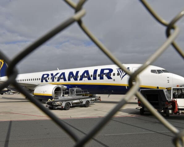 RYANAIR HEADING FOR 900 JOB CUTS